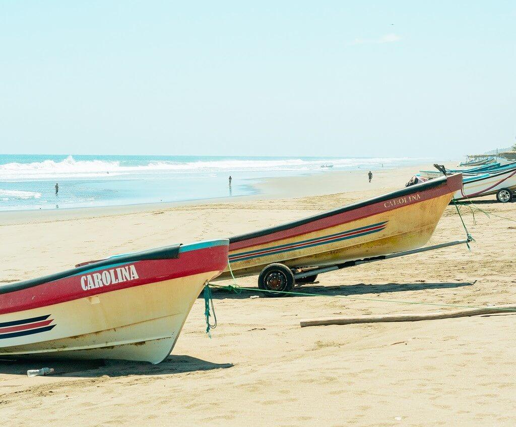 lanchas estacionadas en playa garita palmera el salvador